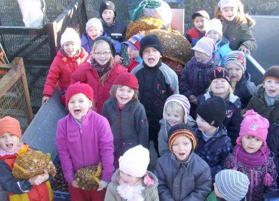 Kinder bringen Kastanien fürs Damwild